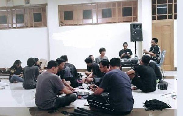 Orang Muda Katolik (OMK) di Gereja Katolik Santa Perawan Maria Bunda Kristus, Wedi, Klaten, Jawa Tengah membuat APD untuk tenaga medis di Klaten