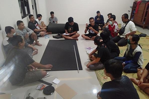 Orang Muda Katolik (OMK) Gereja Katolik Santa Perawan Maria Bunda Kristus, Wedi, Klaten, Jawa Tengah melakukan rapat persiapan pembuatan Alat Pelindung Diri (APD) berupa Face Shield Mask (Pelindung Wajah)