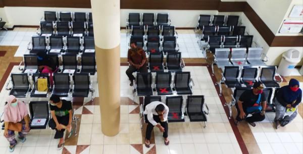 Physical Distancing karena wabah Corona di sebuah rumah sakit di Bekasi, Jawa Barat