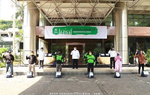 Menteri Bambang PS Brodjonegoro saat pemberian sembako kepada perwakilan masyarakat di Lobi Eksekutif Gedung Baharuddin Jusuf Habibie, Jakarta Pusat pada Jumat, 17 April 2020