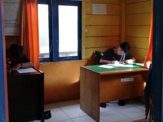 Beno Falmon, Siswa SMA Sint Carolus Bengkulu, dari pulau terluar di Indonesia sedang belajar di balai desa