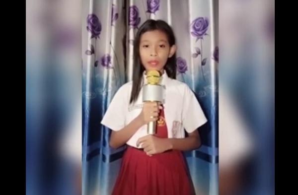 Bunga Salsabila dengan seragamnya sekolahnya di salah satu kontennya youtubenya