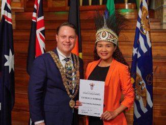 Cezia Greatia Pesurnay bersama Walikota Brisbane, Adrian Schrinner. (Dok. Pribadi)