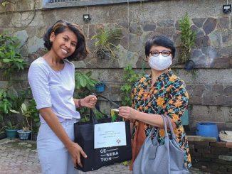 Dekan Fakultas Kedokteran UK Maranatha, dr. Lusiana Darsono, M.Kes (kanan) saat mengunjungi mahasiswa perantau