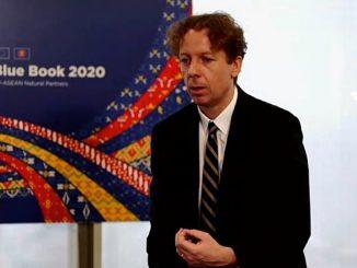 Duta Besar Uni Eropa untuk ASEAN Igor Driesmans (kanan) saat peluncuran EU-ASEAN Blue Book 2020, Jumat, 8 Mei 2020