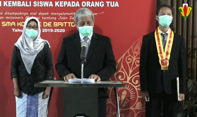 Jalu Jagad Maharsi (kanan belakang) mewakili rekan-rekan dalam wisuda di SMA Kolese de Britto Yogyakarta. (Dok. Kolese de Britto)