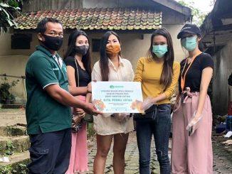 Mahasiswi Program Sarjana Manajemen Universitas Kristen Maranatha angkatan 2018, Jasmine menyerahkan donasi ke Kebun Binatang Bandung