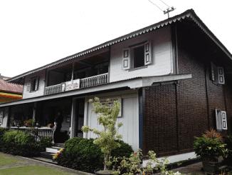 Museum Rumah Kelahiran Bung Hatta bertempat di Jalan Soekarno Hatta No. 37, Bukittinggi, Sumatra Barat. Meski bukan bangunan asli, pembangunan rumah tersebut mengikuti bentuk asli yang terekam di memoir Bung Hatta dan berbagai foto/dokumentasi milik keluarga. (KalderaNews/Arlicia)