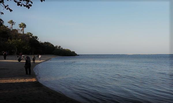 Pantai Bama yang sejuk di sore hari karena menerima bayangan saat matahari di ufuk barat. (Arlicia/KalderaNews)
