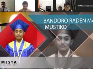 putra SISKS Pakoe Boewono XIII dan Kanjeng Ratu Pakoe Boewono yang lulus dari Sekolah Semesta Semarang dan turut diwisuda secara online adalah Bandoro Raden Mas Mustiko.