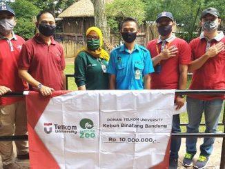 Telkom University memberikan donasi bagi pengelola Kebun Binatang Bandung. (Dok.Tel-U)