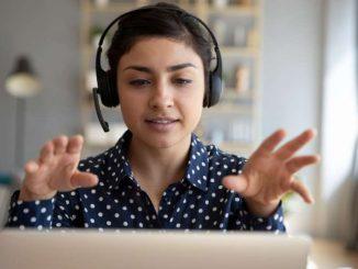 Saat mengajar secara online, penting untuk lebih banyak menunjukkan isyarat visual di samping suara