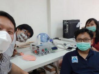 Ilmuwan dan peneliti muda Swiss German University (SGU) dengan ventilator PreVent 2.0 untuk Pasien Covid-19 ciptaannya