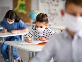 Ilustrasi anak selalu pakai masker di sekolah. Meskipun jumlah pembelajaran masih sedikit, sekolah harus terus mengingatkan siswa pentingnya pakai masker (KalderaNews/Ist).
