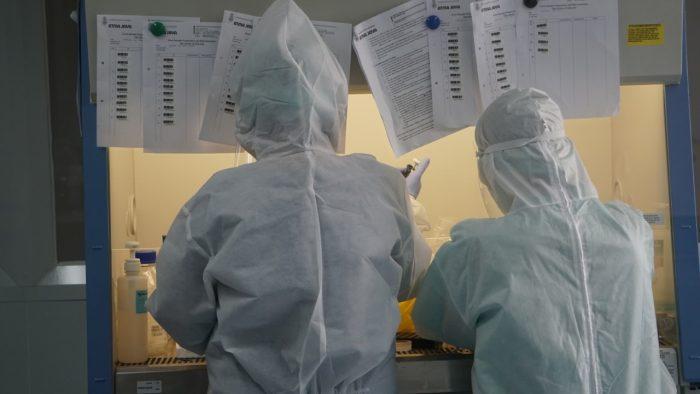 Aktivitas penelitian di Laboratorium Covid-19 Bio Safety Level 2+ Kampus 2 Pluit FKIK Unika Atma Jaya (KalderaNews/Dok. Humas Atma Jaya)