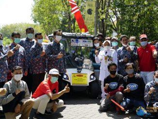 Wali Kota Surabaya Tri Rismaharini dan Rektor ITS Prof Mochamad Ashari bersama seluruh tim riset i-Car ITS