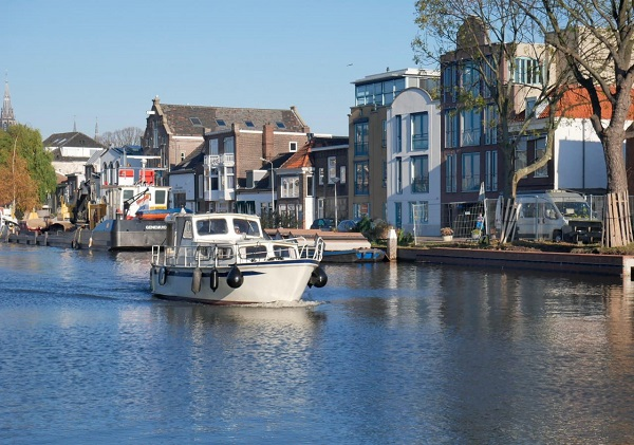 Rumah-rumah di pinggir kanal yang ditata apik di Delft, Belanda