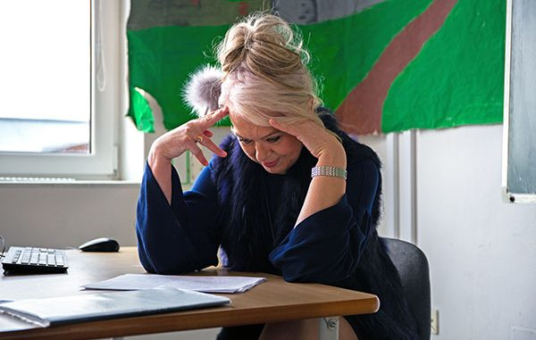 Ilustrasi guru sekolah dasar (SD) yang terlihat terlalu lelah. Kelelahan yang berlebihan (burnout) dapat menyebabkan stress berkepanjangan. (KalderaNews/Ist)