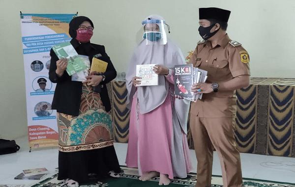 Prodi Perpustakaan dan Sains Informasi Universitas Yarsi menyumbang akses perpustakaan digital saat pengabdian masyarakat di Desa Ciseeng (KalderaNews/ Dok. Universitas Yarsi)