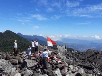 Komunitas Niang Ka'eng Bealaing mengibarkan Sang Merah Putih di Puncak Gunung Nampar Nos, Manggarai Timur, Flores, Nusa Tenggara Timur, Senin, 17 Agustus 2020