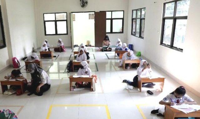 Ilustrasi: Para pelajar memanfaatkan internet gratis untuk belajar online di aula Kelurahan Jatirahayu, Bekasi. (Ist.)