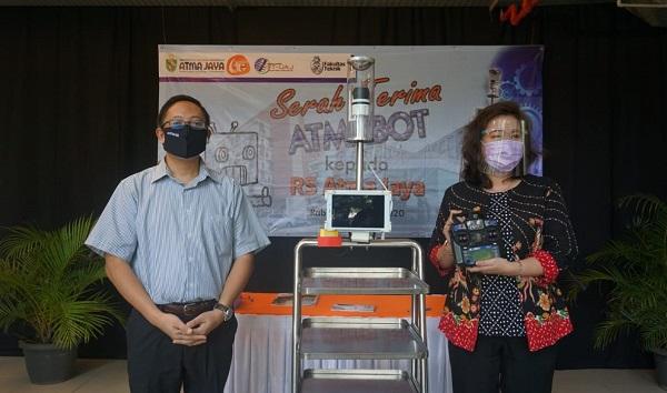 Rektor Unika Atma Jaya, Dr.A.Prasetyantoko bersama Direktur RS Atma Jaya dr.Shennny Nurmala, MM saat peluncuran robot yang diberi nama AtmaBot