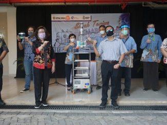 Rektor Unika Atma Jaya, Dr.A.Prasetyantoko bersama Direktur RS Atma Jaya dr.Shennny Nurmala, MM dan tim Fakultas Teknik UAJ saat peluncuran robot yang diberi nama AtmaBot