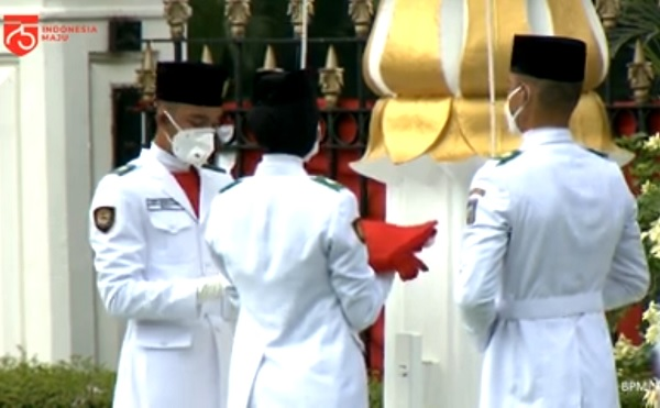 Tiga anggota Paskibraka Nasional 2020 sukses mengibarkan Sang Merah Putih di halaman Istana Merdeka pada Peringatan Detik-Detik Proklamasi Kemerdekaan Republik Indonesia, Senin, 17 Agustus 2020.