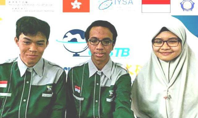 Tiga siswa MAN 2 Kediri, Jawa Timur yang meraih prestasi di ajang Global Youth Science and Technology Bowl (GYSTB) 2020. (Dok. MAN 2 Kediri)