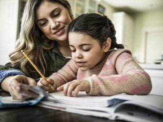Ilustrasi orang tua mendampingi anak saat belajar di rumah. Sejarah merupakan pelajaran yang seharusnya tidak dihafal (KalderaNews/Ist)