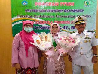 Dr. Siti Syamsiah S.ST.M.Keb (tengah) paparkan health literacy pada obesitas anak. Penelitiannya mengungkapkan bahwa kemampuan mengolah informasi kesehatan dapat menekan angka obesitas pada anak (KalderaNews/Dok.UNAS).