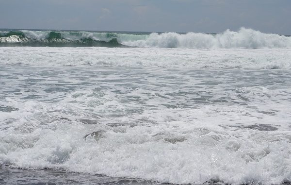 Ombak di Pantai Jatimalang Purworejo