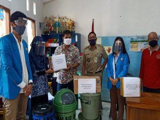 Prodi Pendidikan Biologi FKIP UKI mengadakan sosialisasi mengenai pemanfaatan sampah untuk pupuk kompos. Pupuk kompos dapat digunakan untuk berkebun di rumah (KalderaNews/ Dok. UKI)