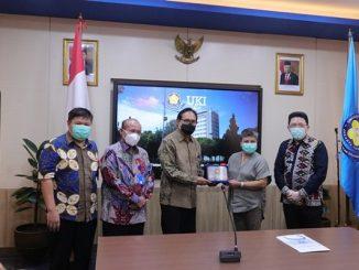 Penyerahan ventilator dan bantuan alat medis lainnya secara simbolis kepada pihak UKI (KalderaNews/Dok. UKI)