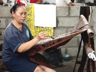 Seorang pembatik di sentra pembuatan Batik Banyumasan. (KalderaNews.com/y.prayogo)