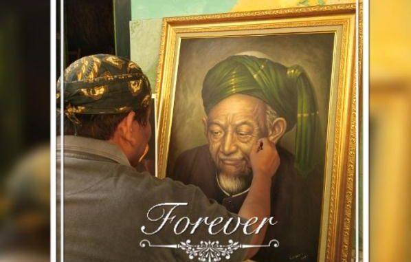 Ilustrasi: Gus Nas dengan karyanya. (KalderaNews.com/Dok.Pribadi)