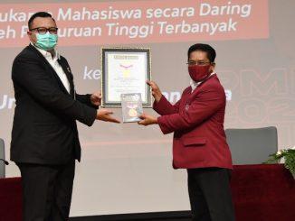 Rektor Untar, Prof. Dr. Ir. Agustinus Purna Irawan menerima penghargaan Rekor Muri. (KalderaNews.com/Dok.Untar)