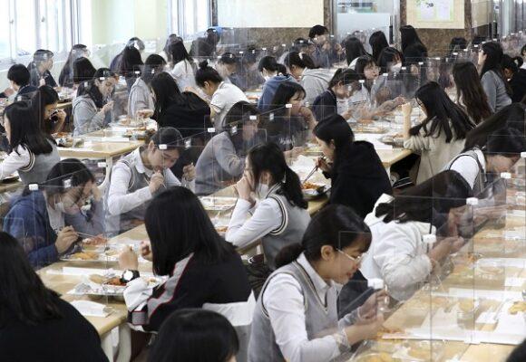 Pelajar di Sekolah Menengah Jeonmin di Daejeon, Korea Selatan saat pandemi Covid-10