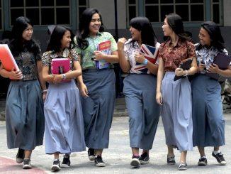 Sejumlah pelajar SMA mengenakan pakaian batik