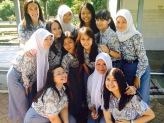 Siswa SMA dengan seragam batik