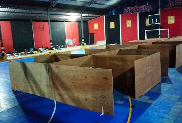 Bilik-bilik Tempat Evakuasi Akhir (TEA) di tengah pandemi Covid-19 berdesain khusus berukuran sekitar 2 x 2 meter yang masih dalam proses pengerjaan di TEA Tamanagung, Muntilan, Magelang, Jawa Tengah, Jumat malam, 6 November 2020
