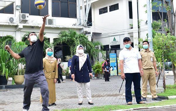 Kepala Dispendik Kota Surabaya Supomo secara simbolis melakukan servis yang diterima langsung oleh para guru