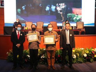 Rektor Unika Atma Jaya (dua dari kiri) menerima penghargaan dalam ketegori Perguruan Tinggi Swasta Dengan Persentase Jabatan Akademik dan Sertifikat Pendidik Dosen Terbanyak Kategori Universitas Tingkat LLDikti Wilayah III