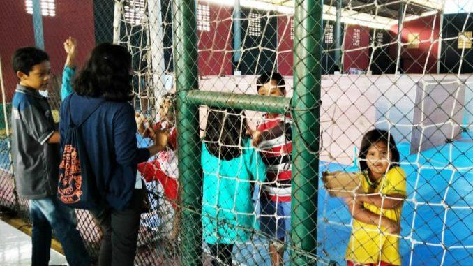 Anak-anak pengungsi dari Dusun Gemer, Ngargomulyo, Dukun, Magelang, Jawa Tengah di Tempat Evakuasi Akhir (TEA) Tamanagung, Muntilan