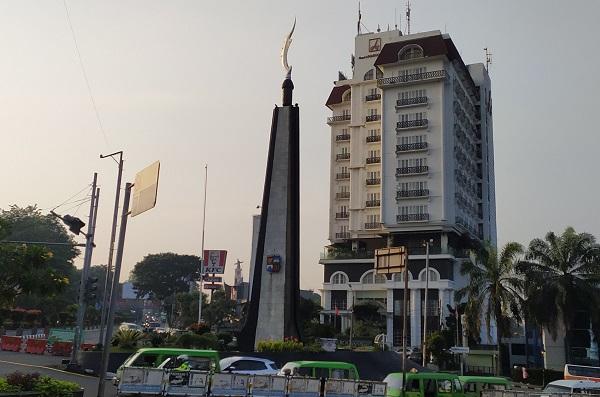 Tugu Kujang di samping Kebun Raya Bogor ini merupakan ikon kota Bogor yang bentuknya menyerupai sebuah senjata pusaka yang berasal dari Jawa Barat. Tugu Kujang dibangun pada 4 Mei 1982 pada masa pemerintahan wali kota Achmad Sobana dengan biaya pembangunan mencapai 80 juta