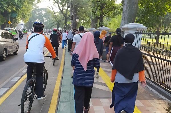 Jalur pedestrian Kebun Raya Bogor atau jalur pejalan kaki di kawasan Kebun Raya Bogor berdampingan dengan jalur pesepeda