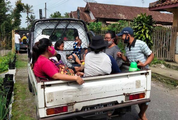 Gelombang pengungsi dari kelompok rentan yakni anak-anak, balita, orangtua, orang sakit, orang hamil di Desa Gemer, Ngargomulyo, Dukun, Magelang, Jawa Tengah yang mulai mengungsi pada Jumat, 6 November 2020
