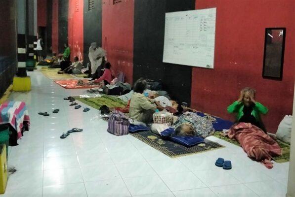 Pengungsi Gunung Merapi di Tempat Evakuasi Akhir (TEA) Tamanagung, Muntilan, Magelang, Jawa Tengah, Jumat malam, 6 November 2020