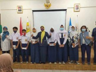 Pembagian hape pada siswa SMPN 107 Jakarta