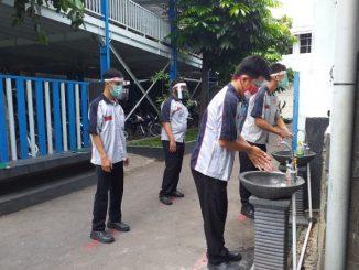 Siswa SMK Katolik St Mikael Surakarta mencuci tangan sebelum mengikuti simulasi pembelajaran tatap muka. (KalderaNews.com/Dok. SMK St Mikael)